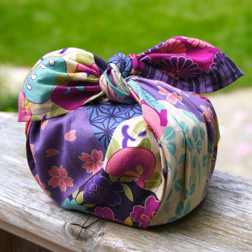 A small collection of my favorite gift wrapping ideas including this furoshiki by Tokyo Pic.